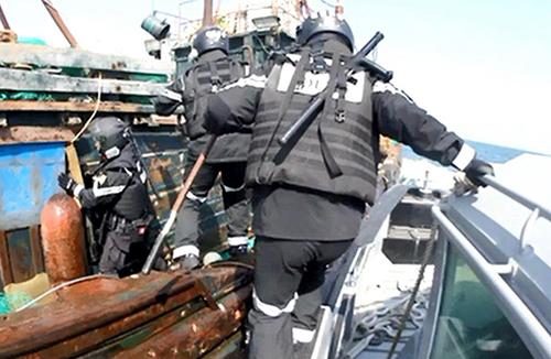 해경, 백령도 해상에서 한국 해역 침범한 중국 어선 나포