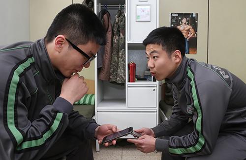 최전방 GOP부대 병사도 일과후 휴대전화 사용한다