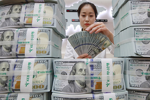 Tiền gửi ngoại tệ trong tháng 2 giảm hơn 800 triệu USD