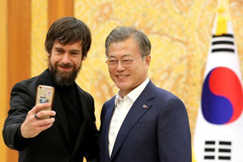 Präsident Moon betont bei Treffen mit Twitter-CEO Bedeutung von Kommunikation