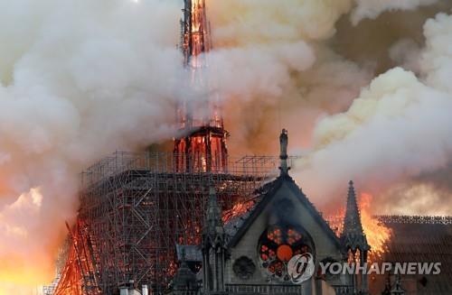 الرئيس مون يعرب عن تعازيه لفرنسا بعد حريق الكاتدرائية