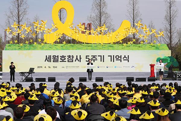 """""""진실을 기억하겠습니다""""…세월호 참사 5주기 전국서 추모 물결"""
