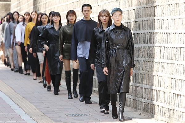 Séoul se transforme en podium en plein air pour des défilés de mode