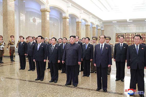 金委員長 高位幹部らと「錦繍山太陽宮殿」訪問