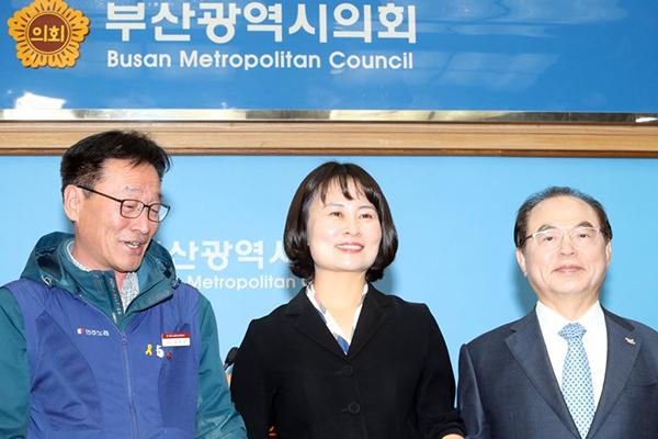 釜山市 強制撤去の徴用工像を市民団体に返還