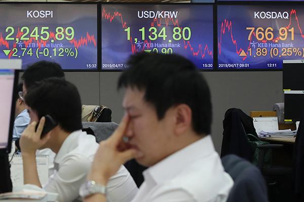 Bourse :  première baisse après 13 jours de hausse consécutifs