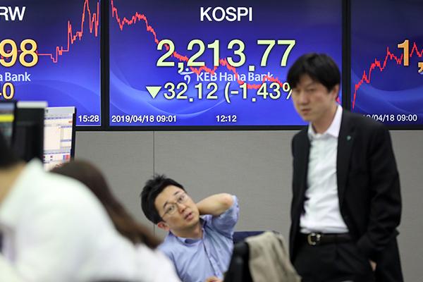 KOSPI Turun di Kisaran 2.210 Poin Akibat Aksi Jual Investor Asing dan Lembaga