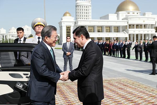 Moon to Visit S. Korean-Built Petrochemical Plant in Turkmenistan