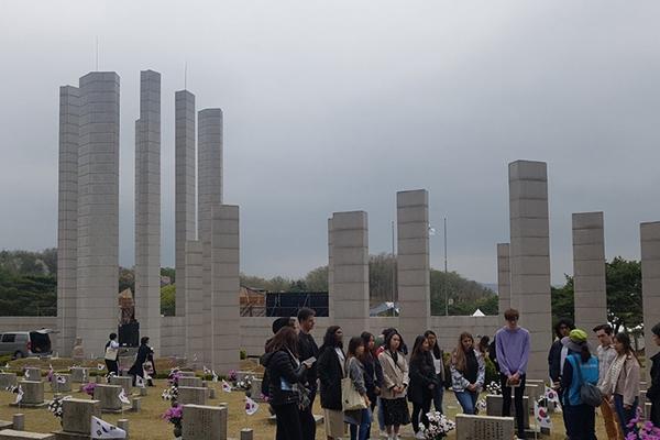 韩国举行4.19革命59周年纪念仪式