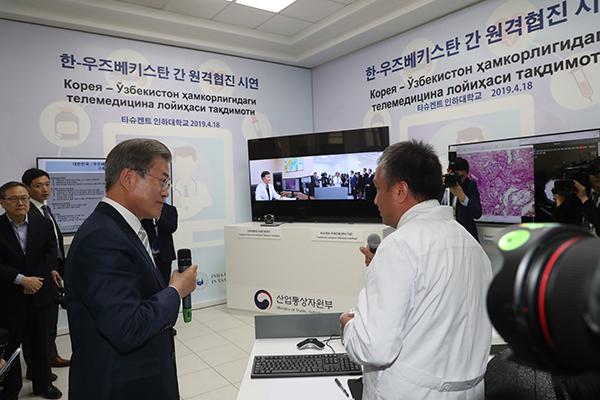 El presidente Moon Jae In comienza su agenda oficial en Uzbekistán
