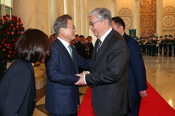 文大統領、カザフ大統領と首脳会談