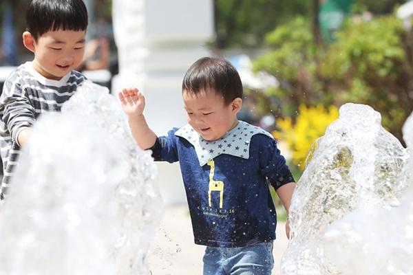 서울 28.2도 등 전국 곳곳 올해 최고기온…23일은 비 예보