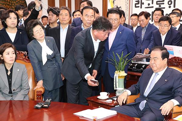 自由韩国党议员前往国会议长室提出抗议