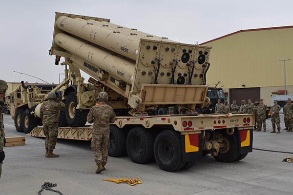 """驻韩美军进行将仿真弹药安装于""""萨德""""发射台的训练"""