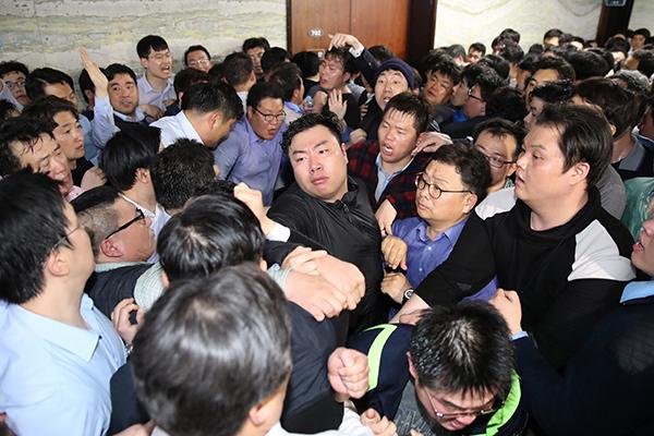 فشل البرلمان في وضع مشروعات قوانين الإصلاح في المسار السريع وسط اشتباكات عنيفة