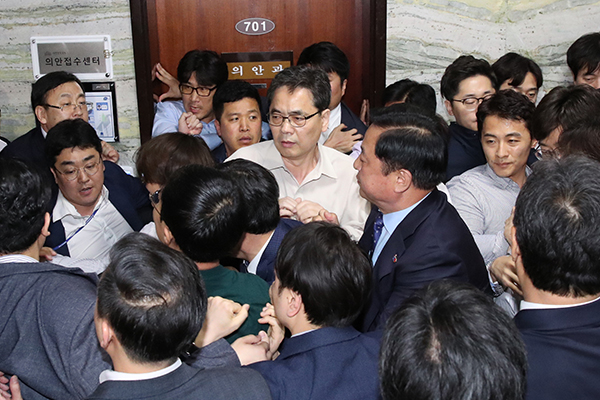 Parliamentary Standoff Over Fast-Tracking Reform Bills Continues