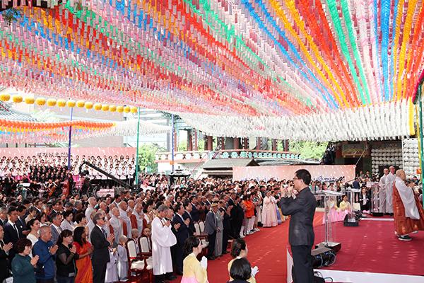 Upacara Perayaan Hari Lahir Buddha Digelar di Seluruh Kuil pada Hari Minggu