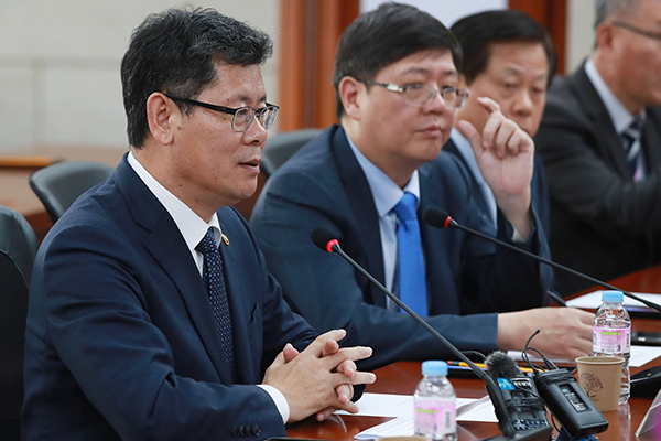 Minister Reviews Public Opinion on Possible Food Aid to N. Korea