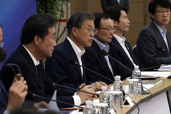 Moon Desak Para Pejabat untuk Tegas dalam Mengelola Keuangan Negara