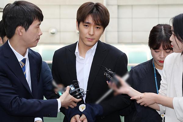 '단톡방 성폭행' 가수 최종훈, 기소 의견 검찰 송치