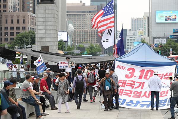 대한애국당, 광화문 광장 분향소 설치로 경찰과 충돌
