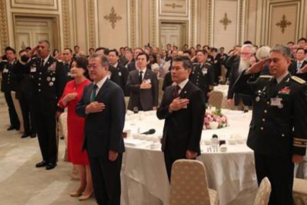 文大統領 韓国軍・米軍の指揮官招いて青瓦台で昼食会
