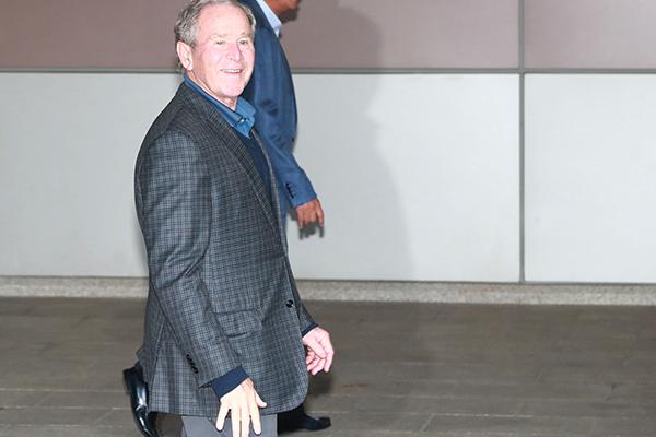 Präsident Moon empfängt ehemaligen US-Präsidenten Bush in Seoul