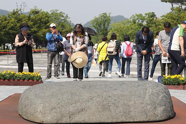 مراسم تذكارية بمناسبة الذكرى العاشرة على وفاة الرئيس روه مو هيون