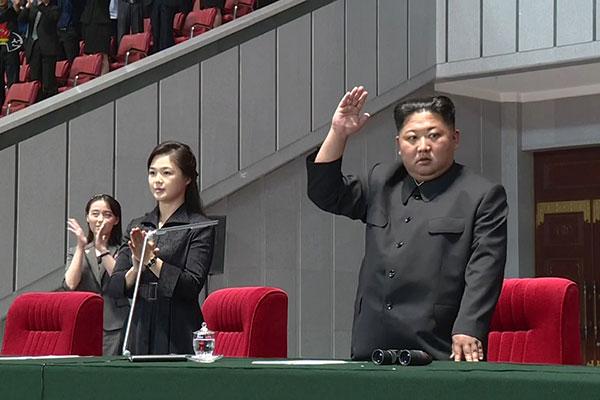 金正恩连续出席公开活动 与军人家属合影留念