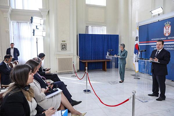 Außenministerin bittet Serbien um Unterstützung für Suche nach Vermissten des Schiffsunglücks