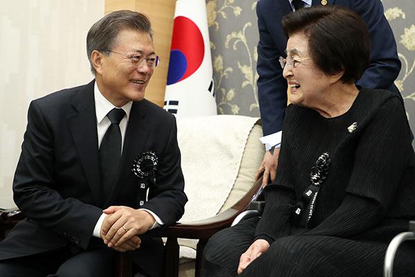 文在寅总统对李姬镐女士逝世表示哀悼