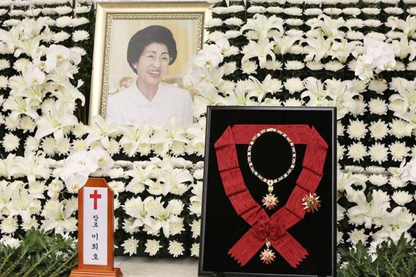 北韩决定向韩方转交花圈和唁电悼念李姬镐女士逝世
