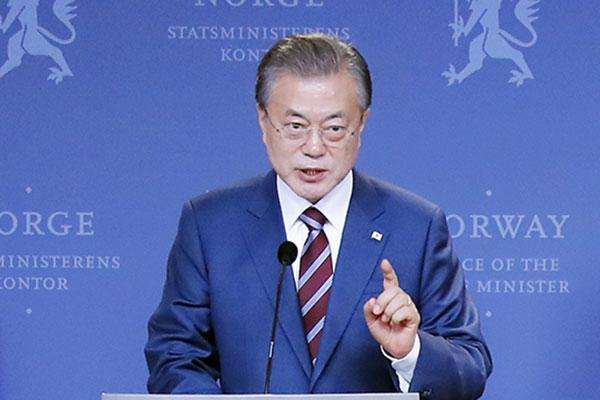 """문대통령, """"김정은 친서 흥미로운 대목 있어…6월 남북정상회담 불가능하진 않아"""""""
