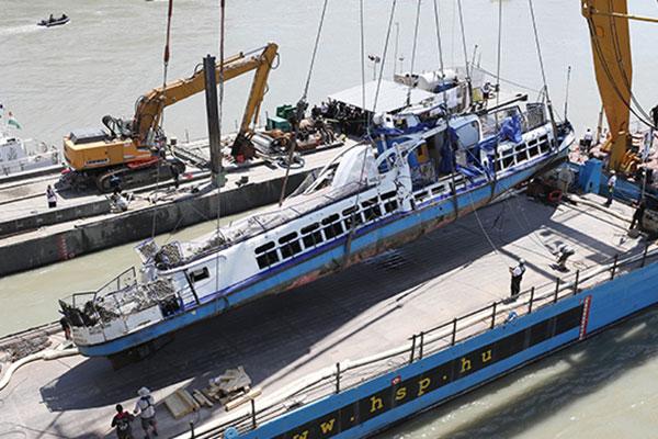 Zwei an Bord von Unglücksschiff gefundene Todesopfer als Großmutter und Enkelin identifiziert