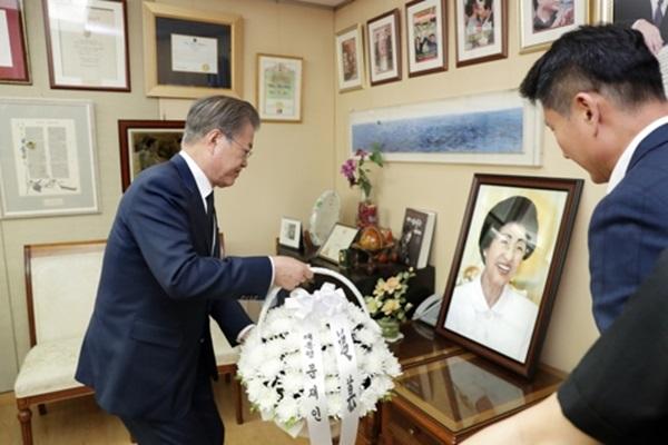 Мун Чжэ Ин выразил соболезнования семье бывшей первой леди Ли Хи Хо