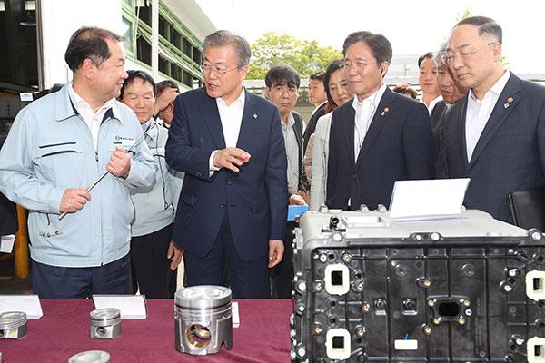文大統領「韓国経済の根幹は製造業」 30年までに4大製造強国目指す