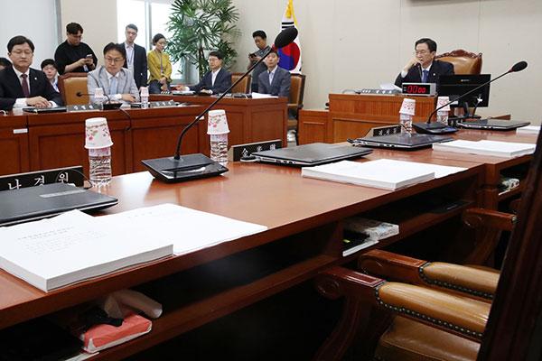 한국당 뺀 4당, 압박용 상임위 가동 시작