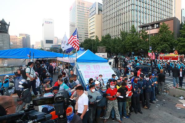 我们共和党再次在光化门广场搭起帐篷 紧张气氛加剧