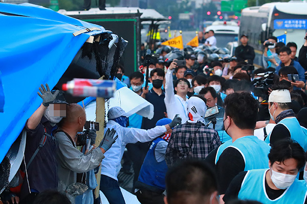 Seoul Demolishes Tents Set Up By Far-Right Party