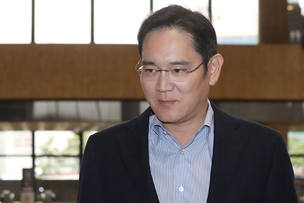 """""""삼성 이재용, 일본 출장서 3개 핵심소재 긴급물량 확보한듯"""""""