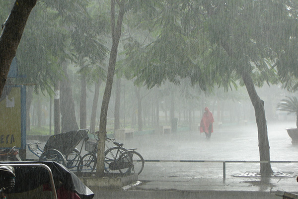梅雨前線北上で全国的に雨 猛暑は和らぐ見込み