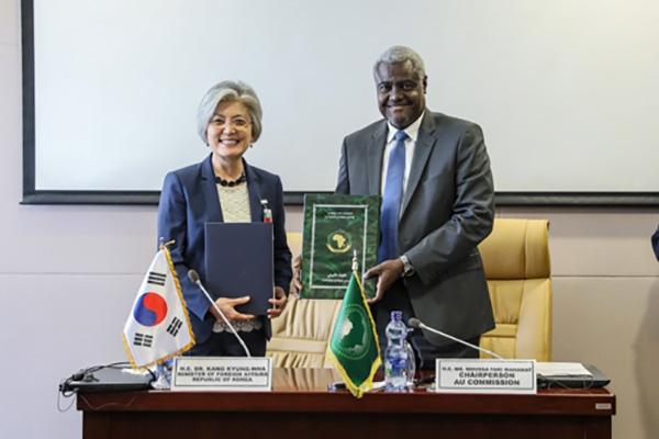 Kang Kyung-wha s'entretient avec le président de la Commission de l'Union africaine