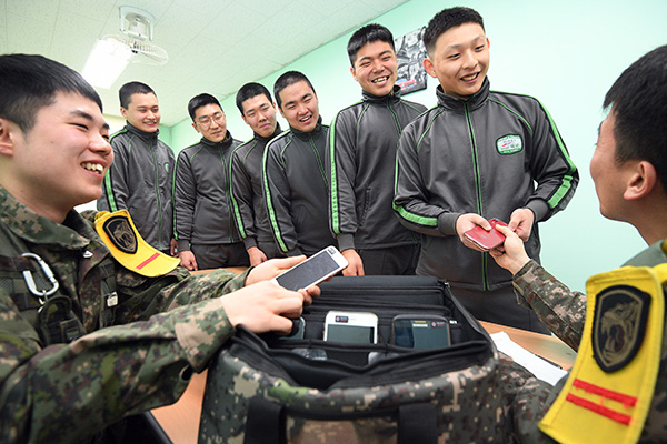 韩国军方延长士兵使用手机试点时间