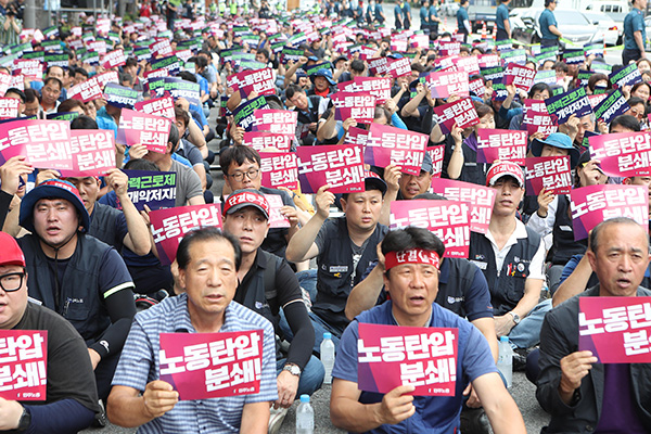 Umbrella Labor Group Stages Rally Outside Parliament