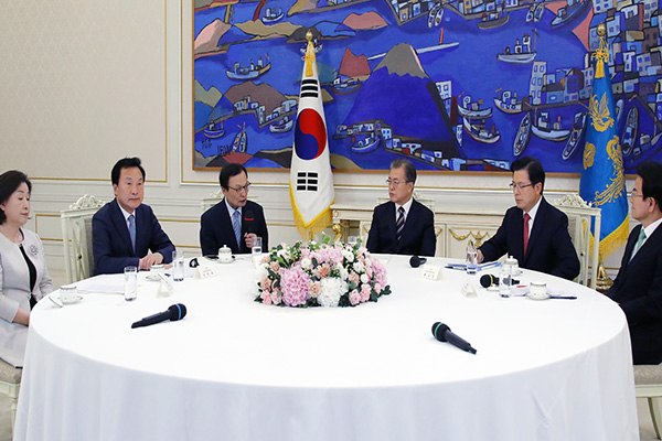 Moon, Bipartisan Leaders Gather to Discuss Japan's Trade Restrictions