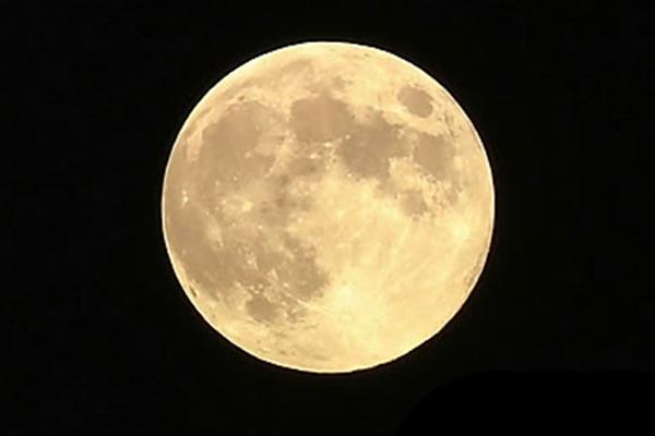 السلطات تحذر من الفيضانات بسبب القمر العملاق الشهر القادم