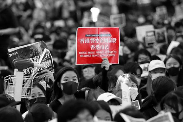 الرئيس الأمريكي يقول إن الصين تحرك قواتها إلى حدود هونغ كونغ