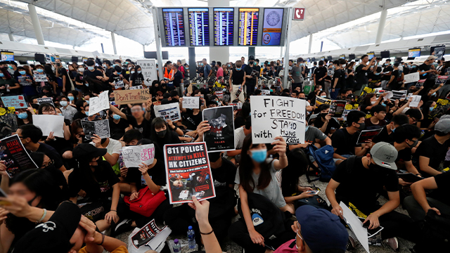 Hong Kong Protesters Paralyze Airport for Second Day