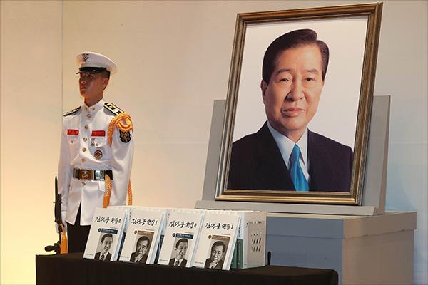 Жители РК отметили десятую годовщину смерти экс-президента Ким Дэ Чжуна