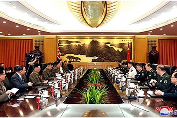"""북중 군수뇌부 베이징서 회담...""""친선협조 관계 발전 의지 표명"""""""